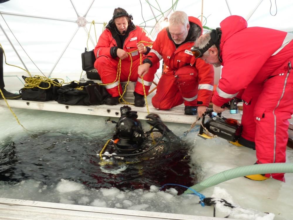 Taucheinsatz im DOMO Tent (Im Bild v. l. Gernot Nehrke, Ulrich Freier und Borwin Schulze, im Wasser Mathias Teschke)